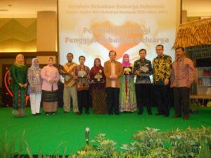 "Penghargaan untuk penggiat keluarga, salah satunya ""Elan Jaelani (Pendiri Perpustakaan Sampah)"" pada acara puncak kebaikan keluarga Indonesia dalam rangka hari keluarga nasional XXIII tahun 2016"